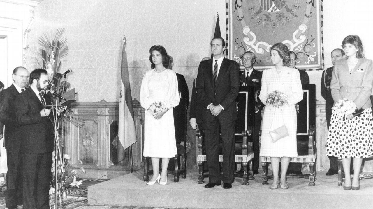 La familia real española en un acto del gobierno de la Xunta. Habla Xosé Luis Barreiro Rivas y detrás se sitúa el presidente de la Xunta, Fernández Albor.