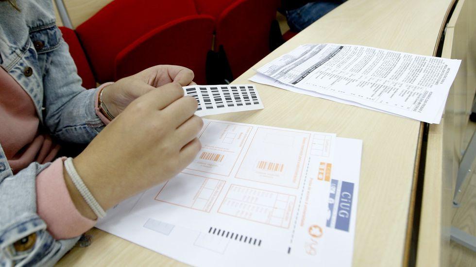 La Manada, otra vez en el banquillo.Estudiante pegando las etiquetas que garantizan su anonimato en la prueba de selectividad de Galicia
