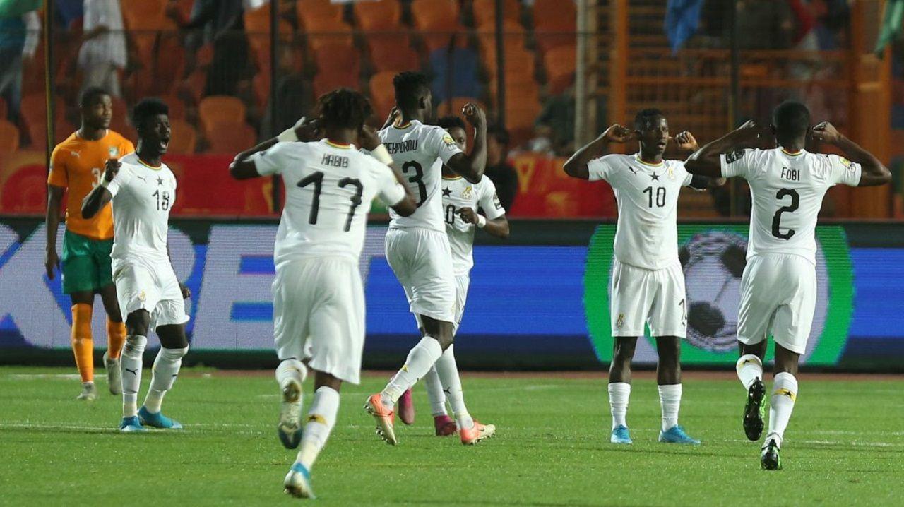 Yeboah, con Obeng en la izquierda de la imagen, celebra el gol de Ghana