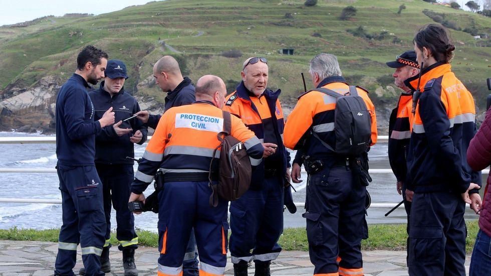 Bomberos del Servicio de Emergencias del Principado de Asturias, que han asumido la dirección operativa de las labores de búsqueda y rastreo de Concepción Barbeira, en Castrillón