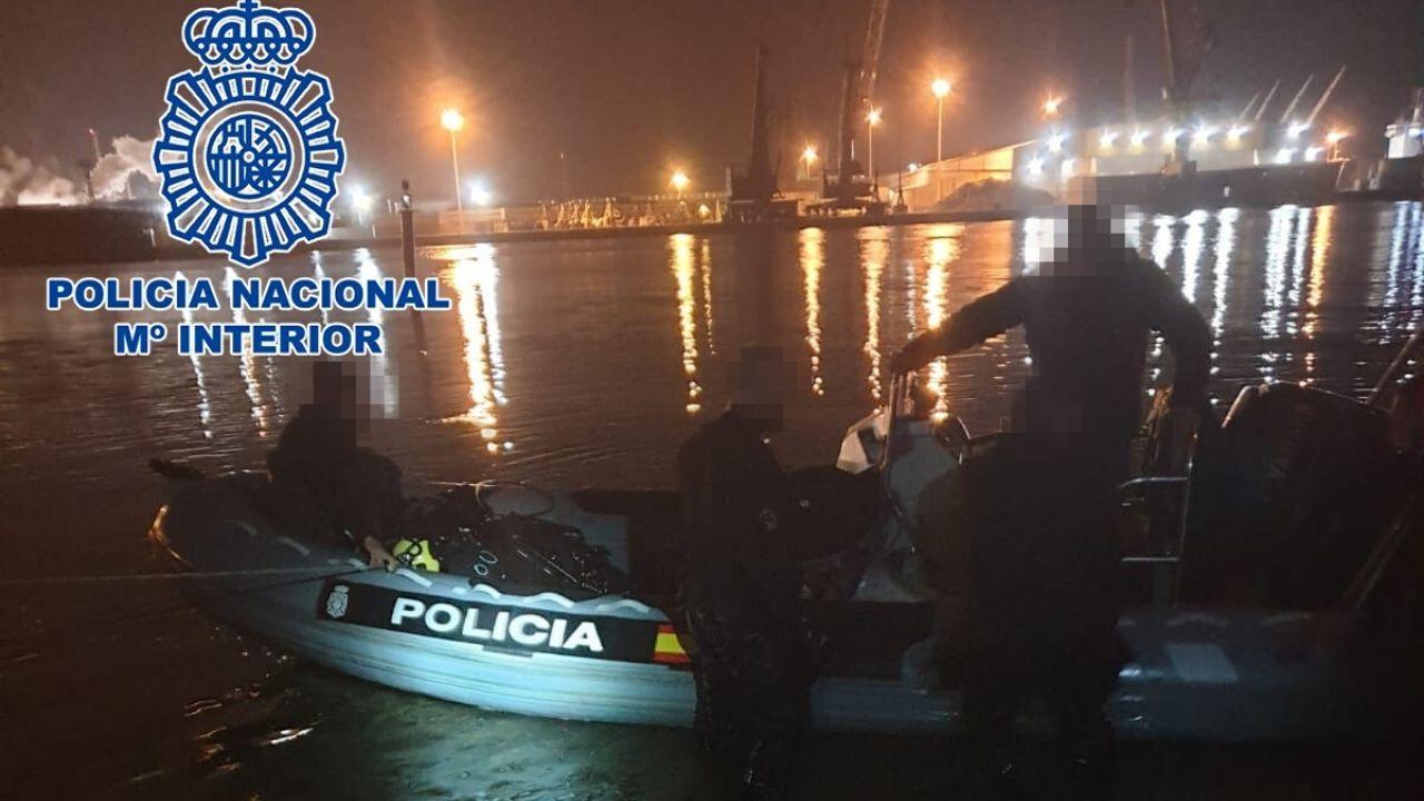 La Policía Nacional detiene in fraganti a dos narcobuzos profesionales que introducían grandes cantidades de cocaína en Europa.Pepe Araújo y Nino Crespo, minutos después de darse el sí, quiero en el 2006