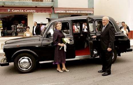 Elena Caamaño y Pedro García, a la salida de su casa para ir al restaurante.