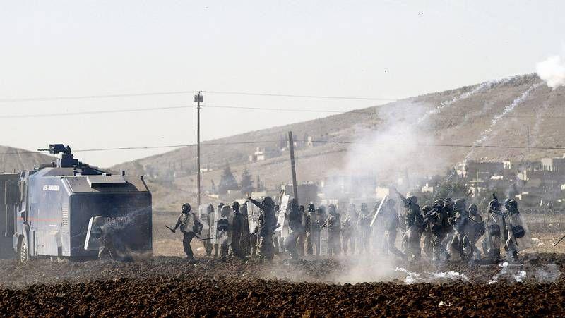 Tensión en la frontera turco-siria.Desembarco del cadáver de un emigrante en el puerto siciliano de Empédocles.
