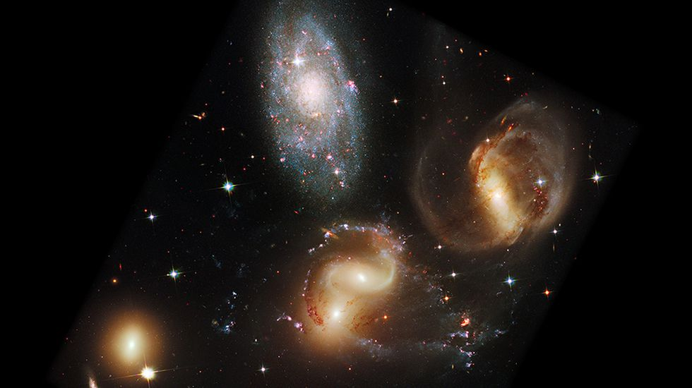 Quinteto de Stephan es un grupo de cinco galaxias situado en la constelación de Pegaso (a 290 millones de años luz). El grupo es el más estudiado de todos los grupos compactos