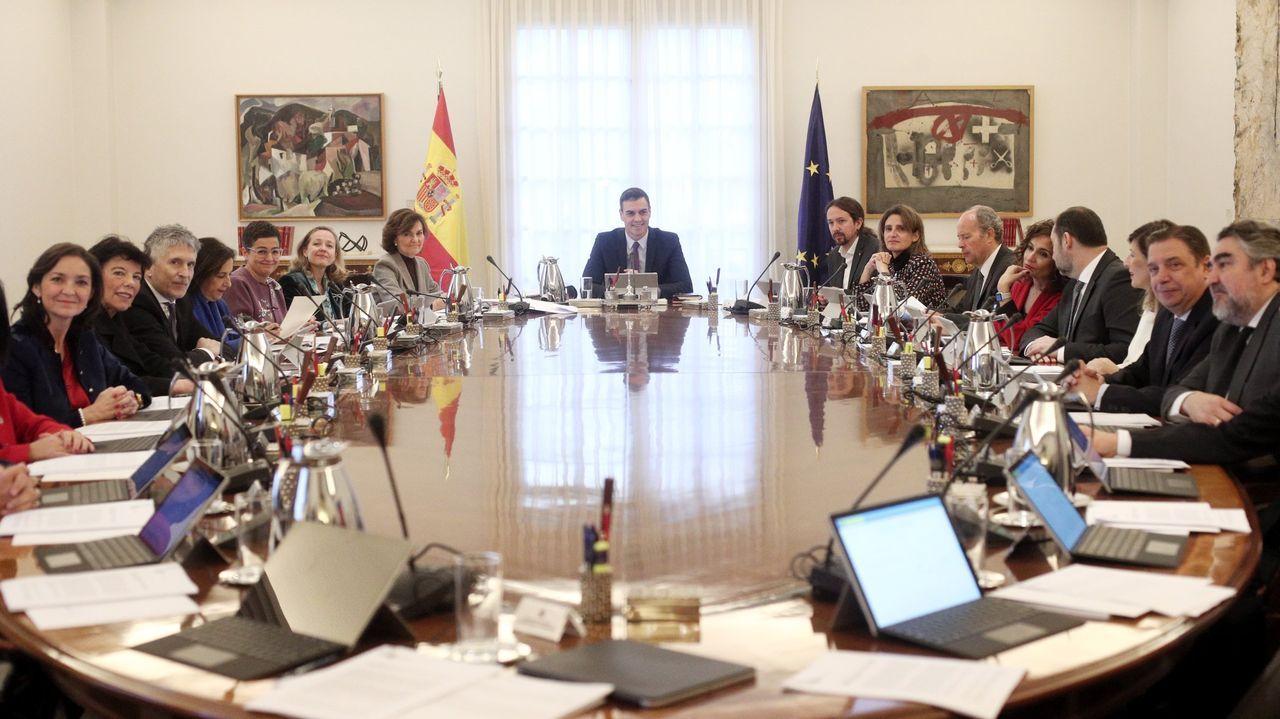 La vicepresidenta primera del Gobierno, Carmen Calvo, acompañada hoy por el subsecretario de la Presidencia, Antonio Hidalgo (izquierda), y el jefe de Gabinete de la Presidencia, Iván Redondo