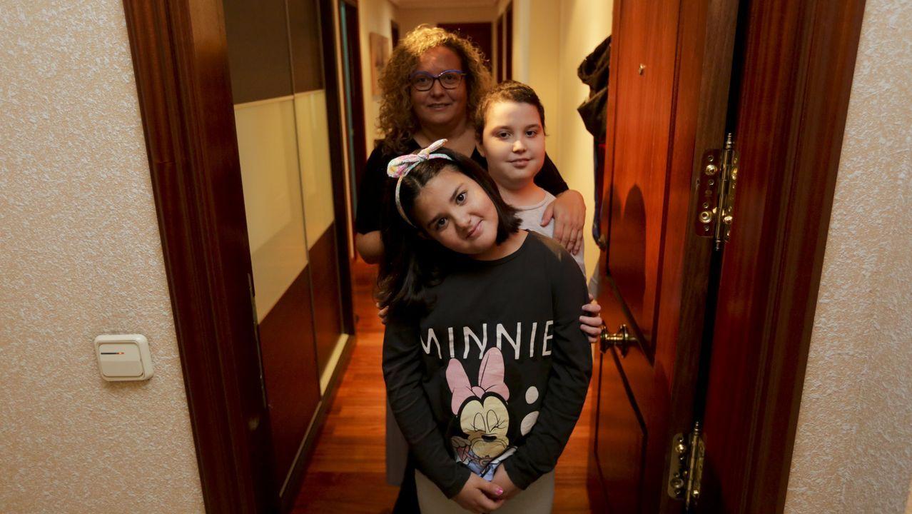 Noel con su hermana y su madre en la puerta de su casa