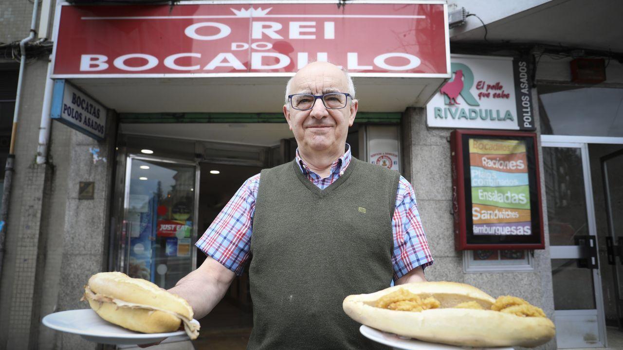El hostelero muestra con orgullo delante del reconocible negocio algunos de los bocadillos de mejor acogida. «Á xente os que máis lle gustan son o de calamares, o de xamón asado e o de milanesa de polo», cita sin dudar