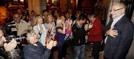 El alcalde de Ourense (derecha) agradece las muestras de cariño a su llegada al Ayuntamiento.