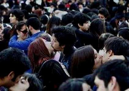 Grupos de jóvenes se concentraron para besarse en apoyo a los detenidos