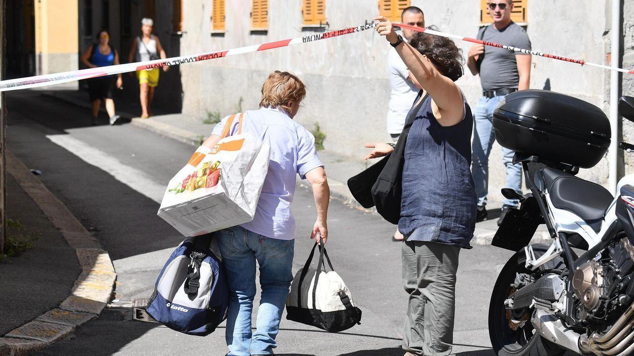 Varias personas desplazadas sales de sus hogares después del derrumbe