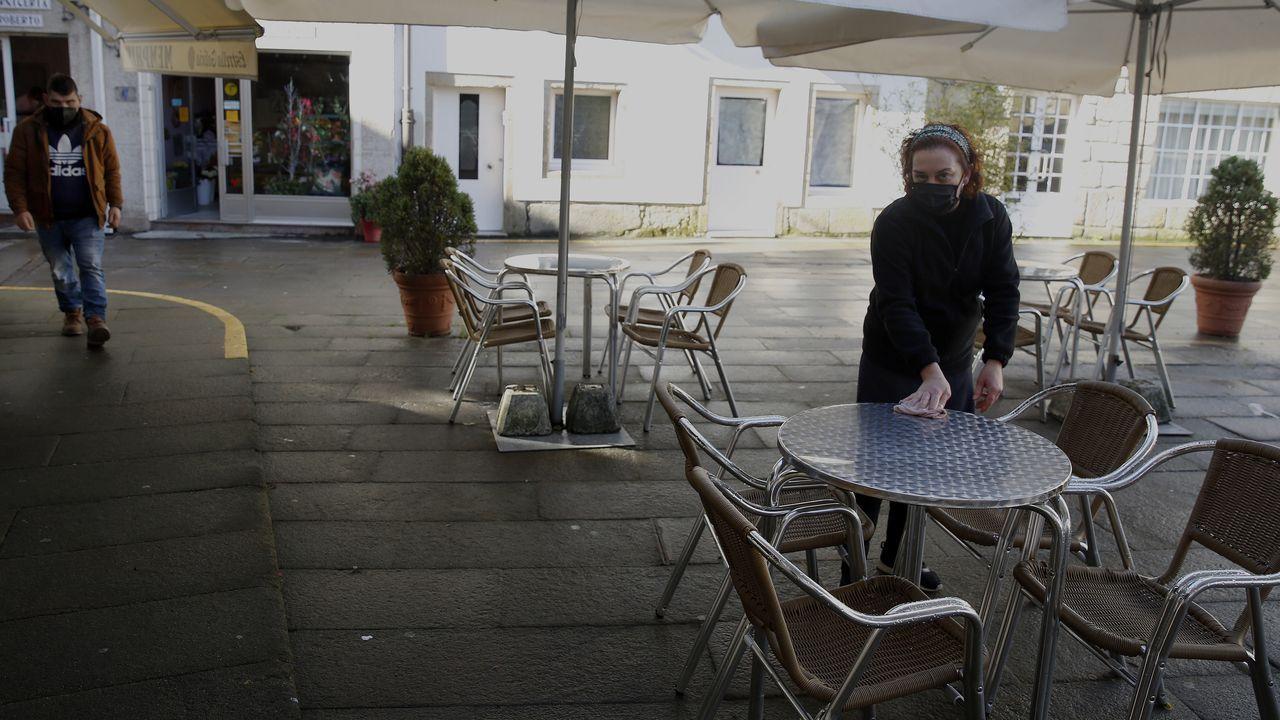 El municipio de Rianxo cumple un mes desde que se decretaron las máximas restricciones, que solo permiten a los hosteleros servir en la mitad de las terrazas