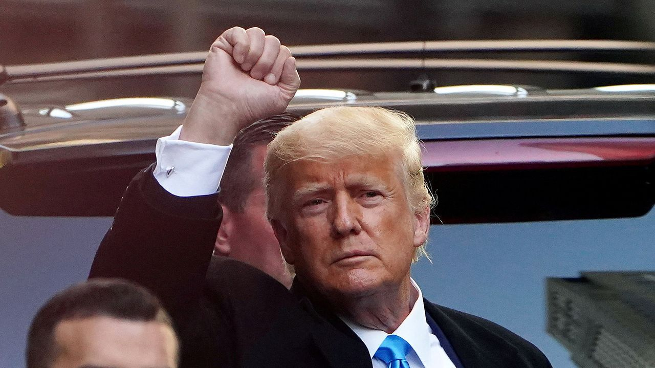 Trump saluda a sus seguidores en Nueva York