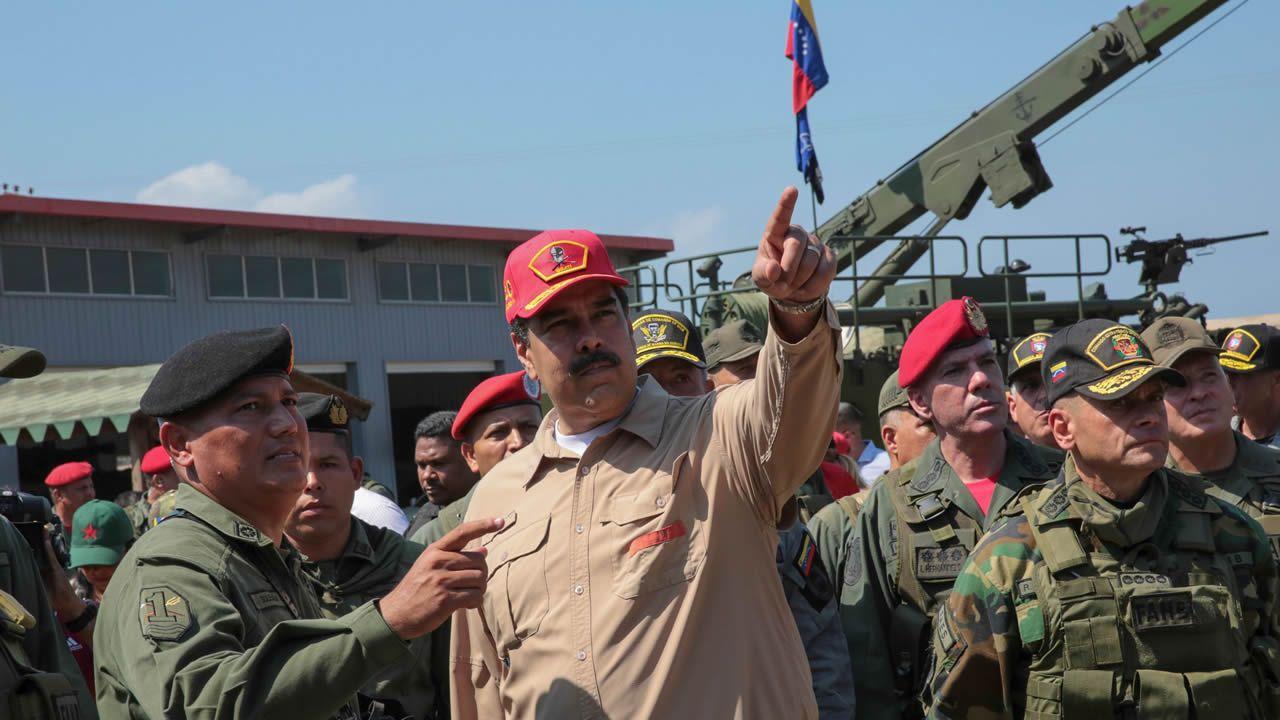 Nicolás Maduro canta «Que viva España».El ministro de Cultura, José Guirao, y la ministra portavoz, Isabel Celaá, durante la rueda de prensa tras la reunión hoy del Consejo de Ministros