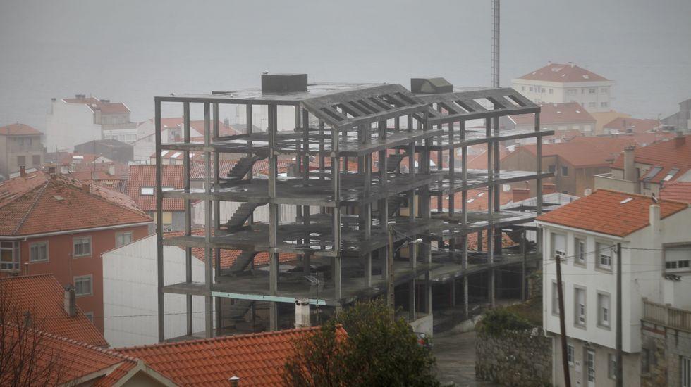 PORTO DO SON. En los ayuntamientos barbanzanos harán un censo de viviendas sin acabar, como esta en Porto do Son, para priorizar las intervenciones más urgentes.
