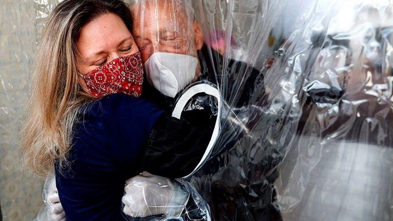 Una mujer abrazando a su padre en una residencia de ancianos de Brasil