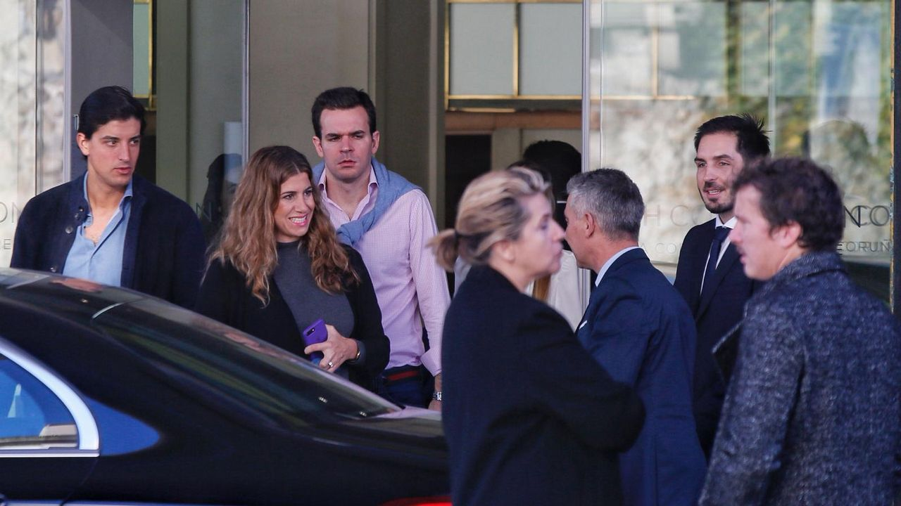 Ajetreo esta mañana en el exterior del hotel Finisterre, donde se aloja la familia del novio