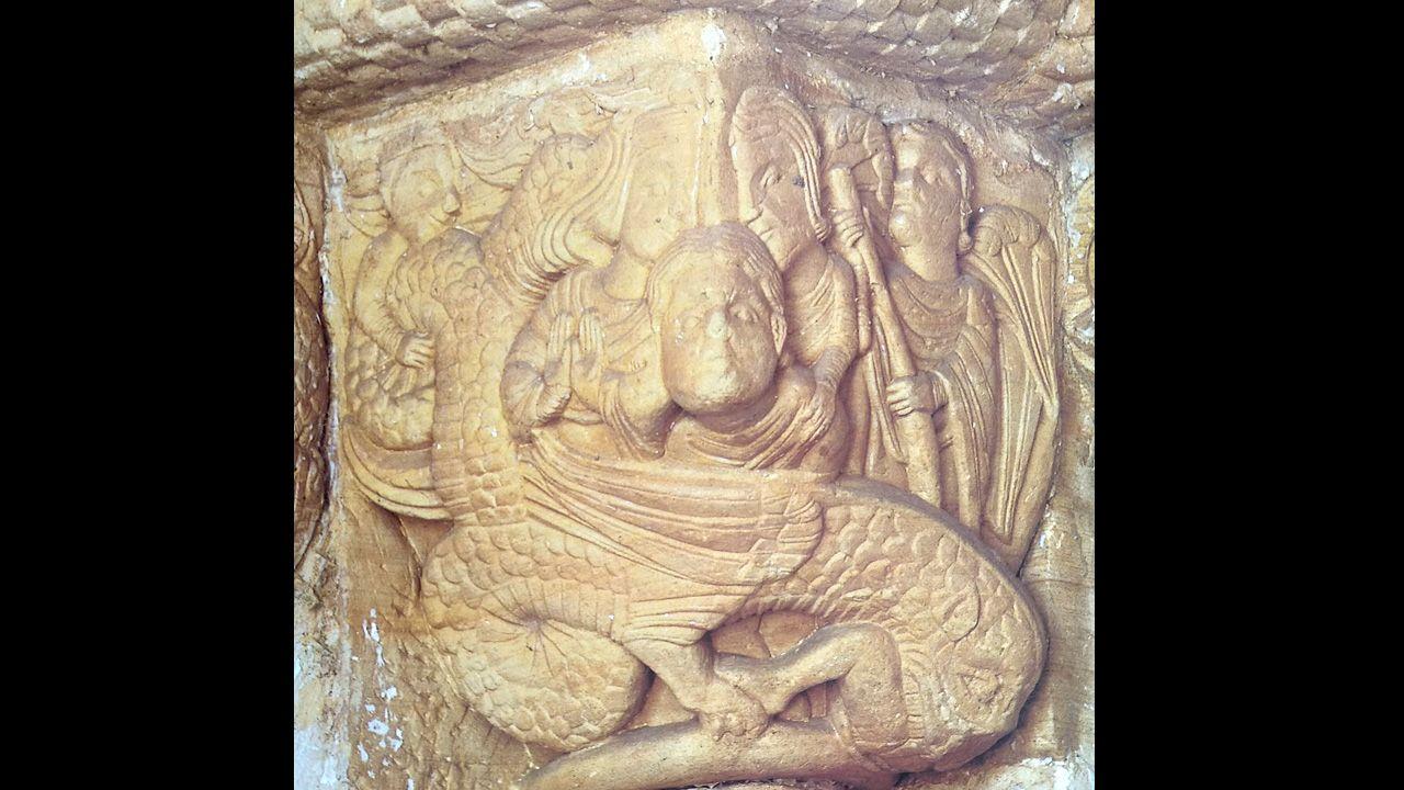 Anfisbena, un animal mítico con dos cabezas de serpiente. Capitel de la portada sur de la iglesia románica de San Pedro de Villanueva (Cangas de Onís)