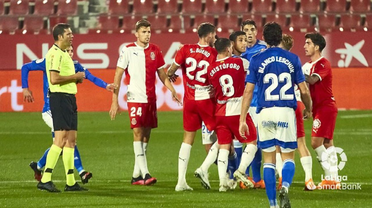 Grippo, rodeado de jugadores del Girona, se disculpa ante Samu Sáiz tras un balonazo