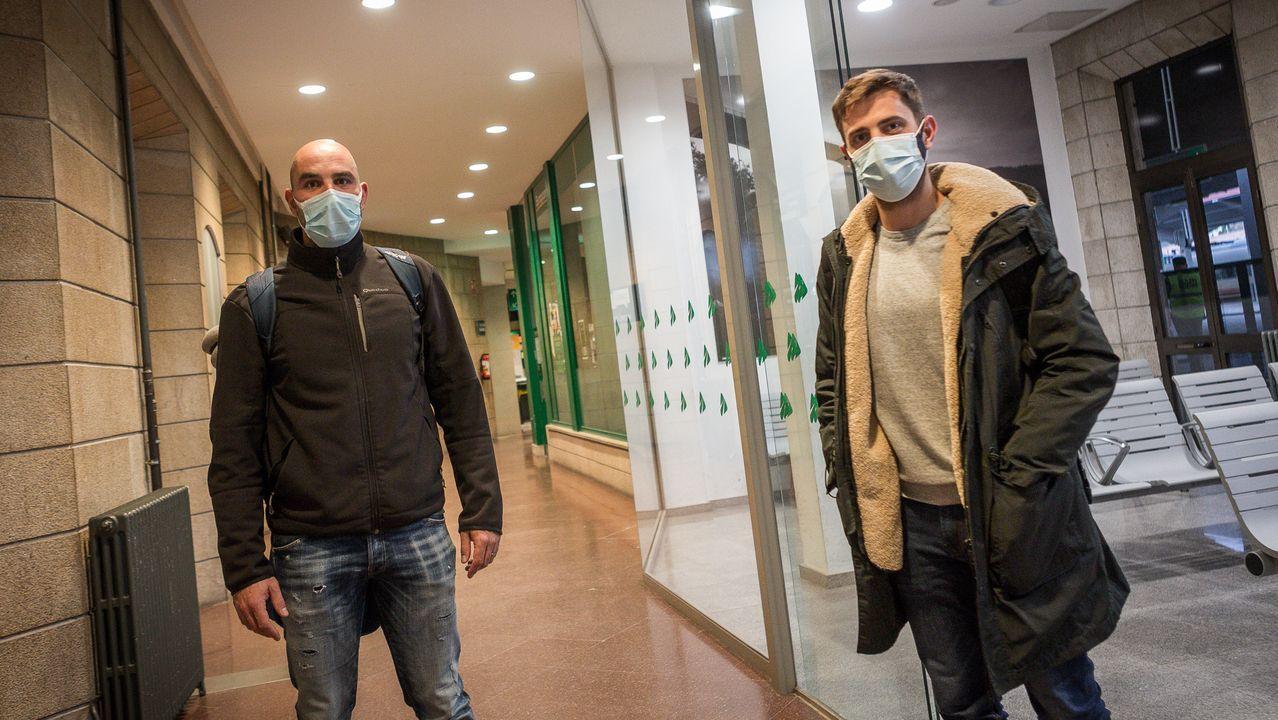 César Fernández (izquierda) y otro usuario del tren de Madrid