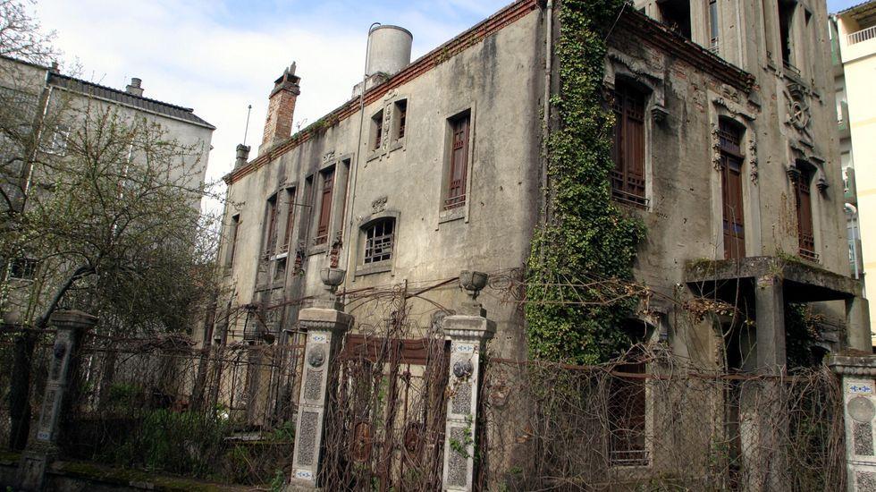 La casa fue construida en 1929 y se encuentra situada entre la calle Ourense y Cobas