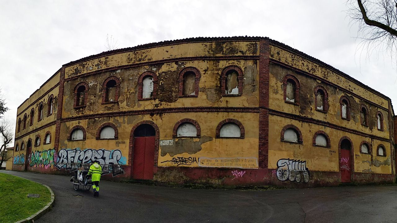 Estado actual de la plaza de Toros de Oviedo, cerrada desde hacea años y que amenaza ruina