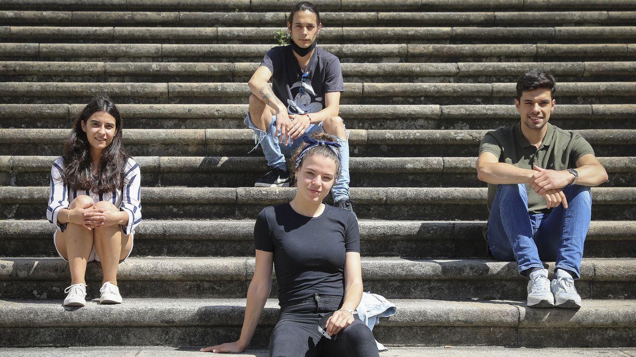 Carmen, Mariana, Elías y Miguel posan en la escalera de A Quintana, en Santiago, para el Día de Galicia