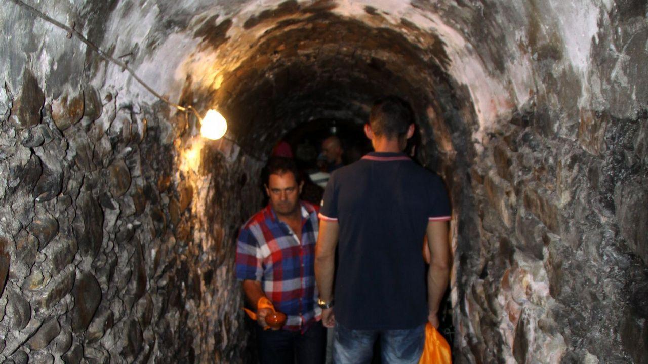 Crónica del 3 de agosto: calima, lluvia de barro y sensación térmica de 50 grados.Gente aprovisionándose de agua en las fuentes de Santiago de Compostela