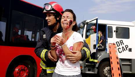 Los figurantes hicieron el papel de heridos en un supuesto choque entre un bus y un camión.
