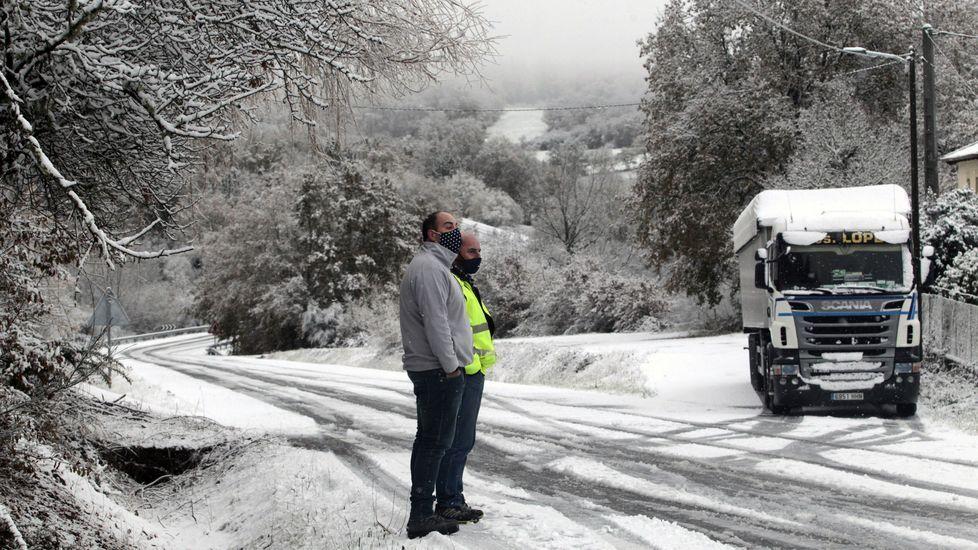 Un camión bloqueado por la nieve cerca de Laiosa, en O Incio