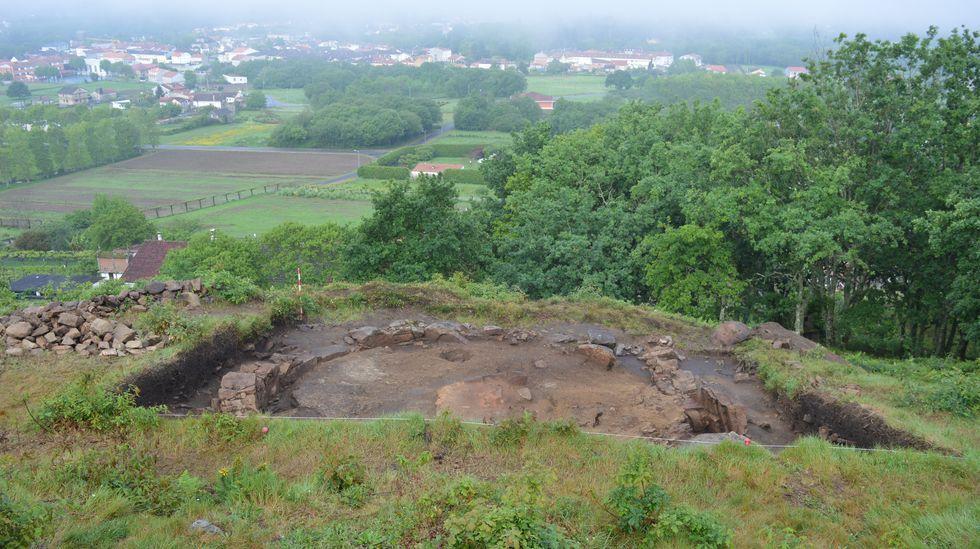 La cabaña excavada en el yacimiento de Castrolandín, en Cuntis