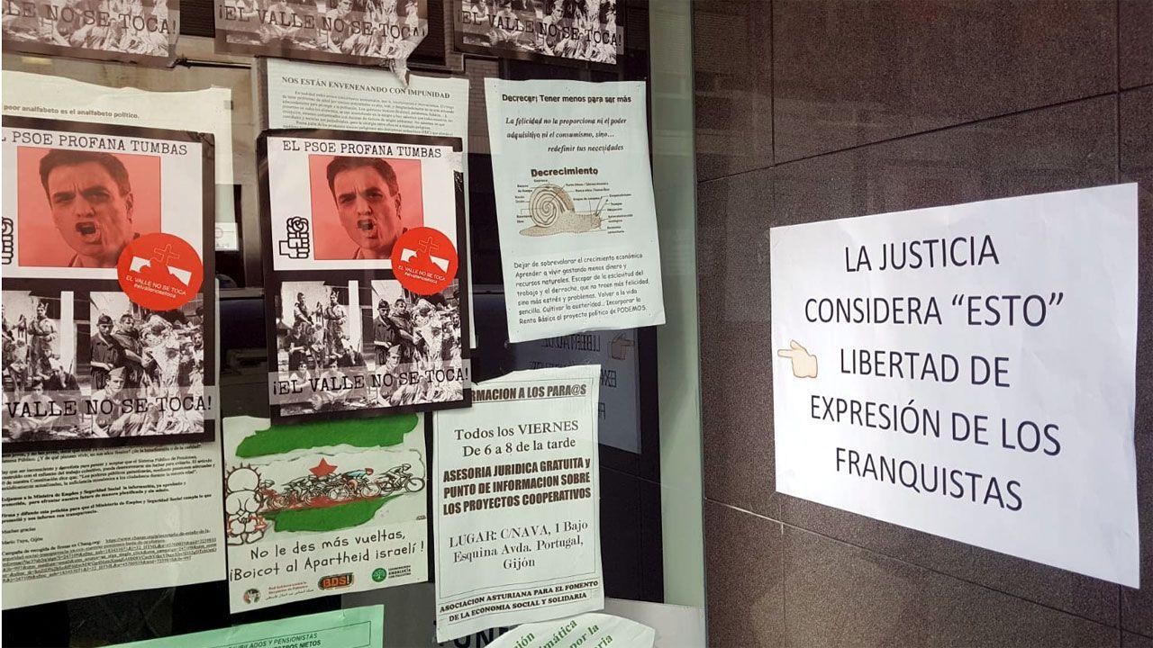 La Junta General acoge la capilla ardiente de Areces.Cartel replicando a la última pegada de pasquines ultras en la sede de Podemos Xixón