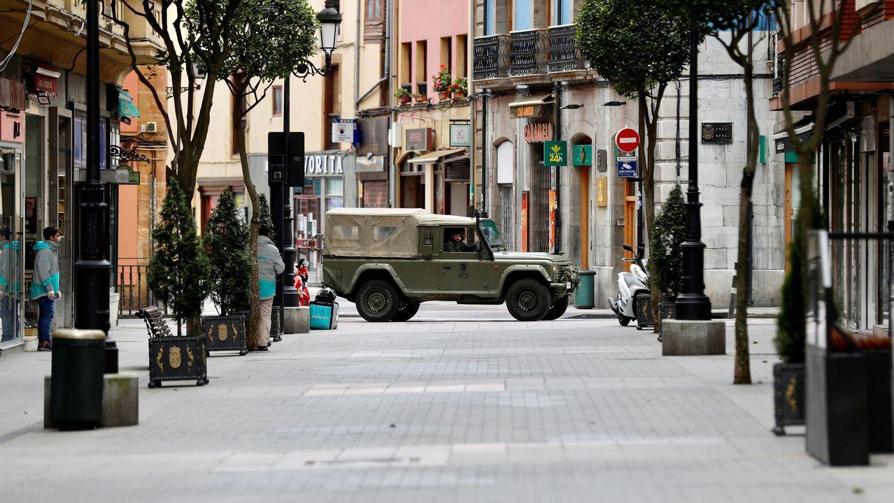 Un vehículo del Ejército de Tierra pasa este miércoles por el centro de Oviedo