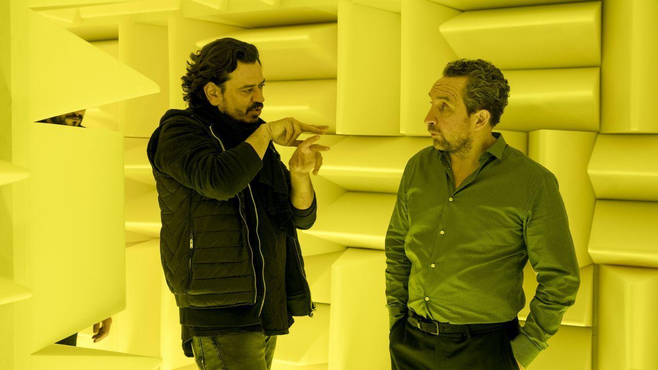 El director de «Feedback», Pedro C. Alonso, da unas indicaciones al actor Eddie Marsan (Jarvis Dolan) durante el rodaje del filme en los estudios Tex 45 de Ordes