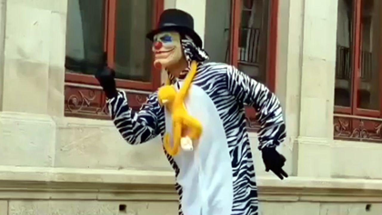 Un youtuber, disfrazado de payaso, se cuela en un instituto de Lugo y propina un tartazo a un profesor