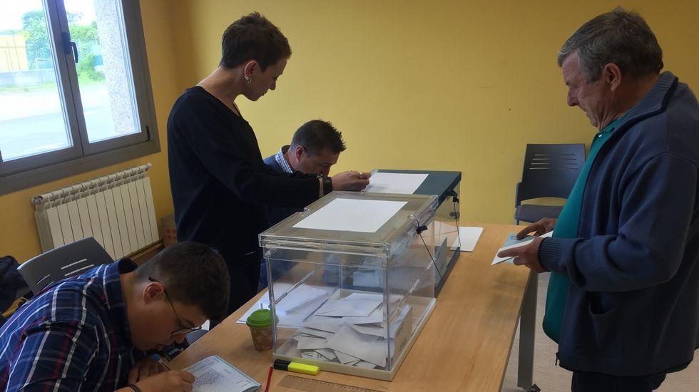 Votaciones en el centro sociocultural de Baio