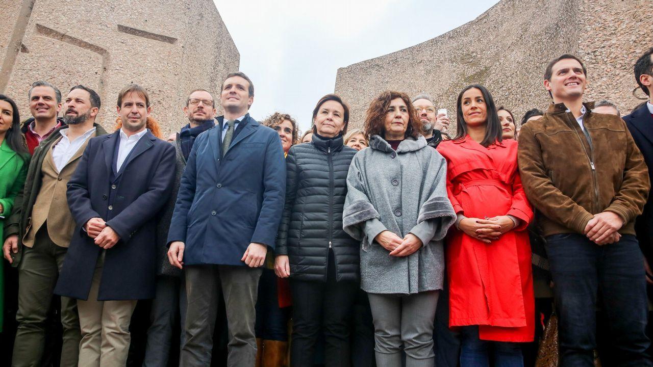 El candidato de Ciudadanos a la Presidencia del Principado, Juan Vázquez (i), y el candidato de este partido a la alcaldía de Oviedo Ignacio Cuesta, celebran los resultados electorales.