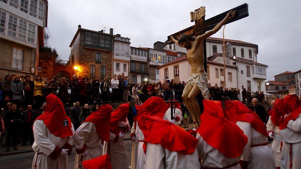 Todas las procesiones de la Semana Santa en Santiago.Carrero (izquierda) recoge la medalla.