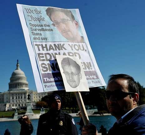 Un activista muestra una pancarta a favor de Snowden en una marcha en Washington.
