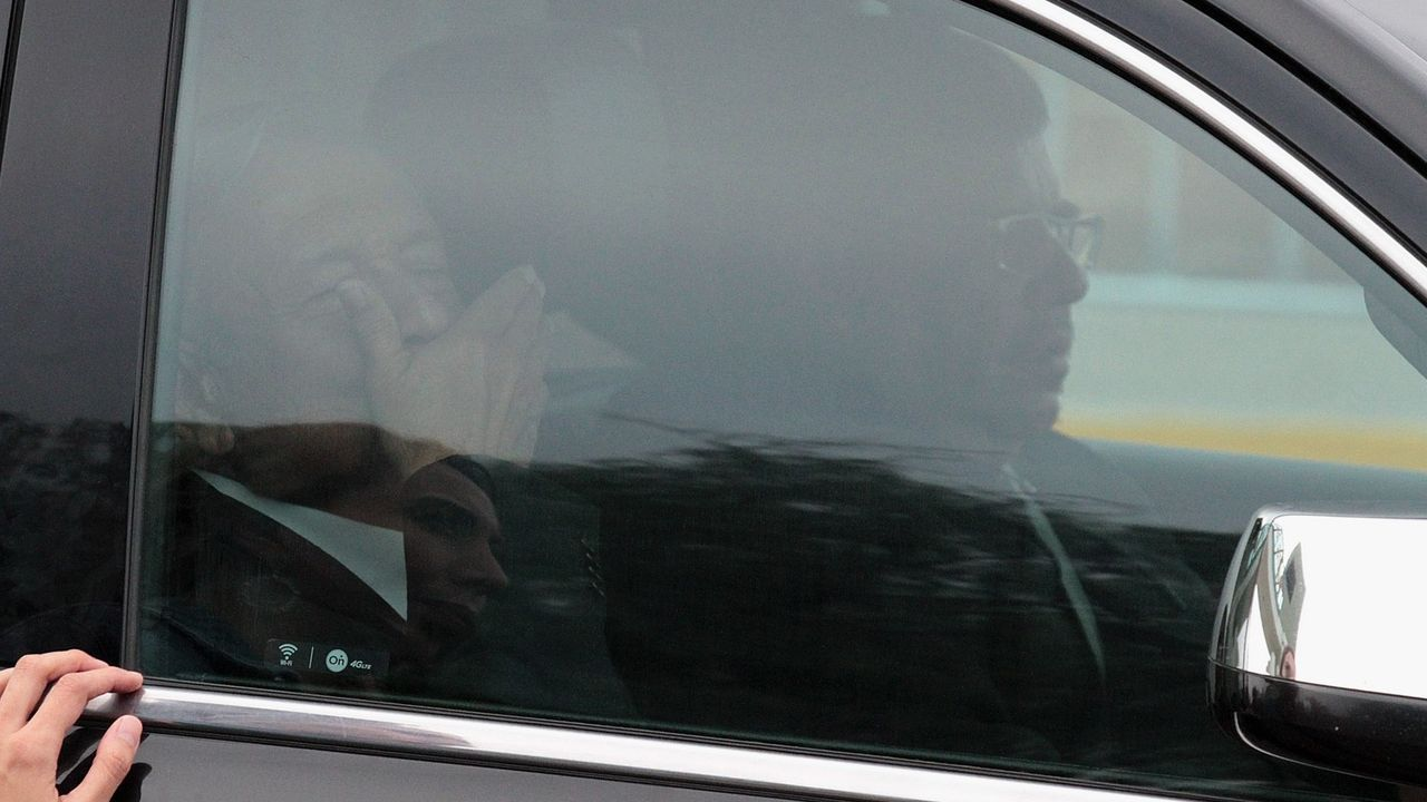 Un grupo de personas protesta contra el gobierno del presidente de México, Andrés Manuel López Obrador (en el interior del automovil), a su salida de una rueda de prensa este viernes, en el estado de Aguascalientes.