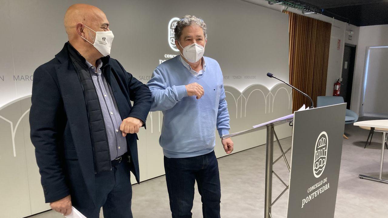 El alcalde y el teniente de alcalde de Pontevedra, Miguel Anxo Fernández Lores y Tino Fernández, en la presentacion del acuerdo para el presupuesto municipal 2021