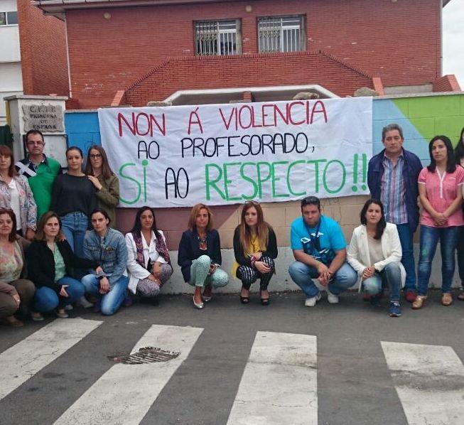 La forense examinó ayer a la maestra agredida en Verín (en la imagen, la concentración de sus compañeros el pasado viernes).