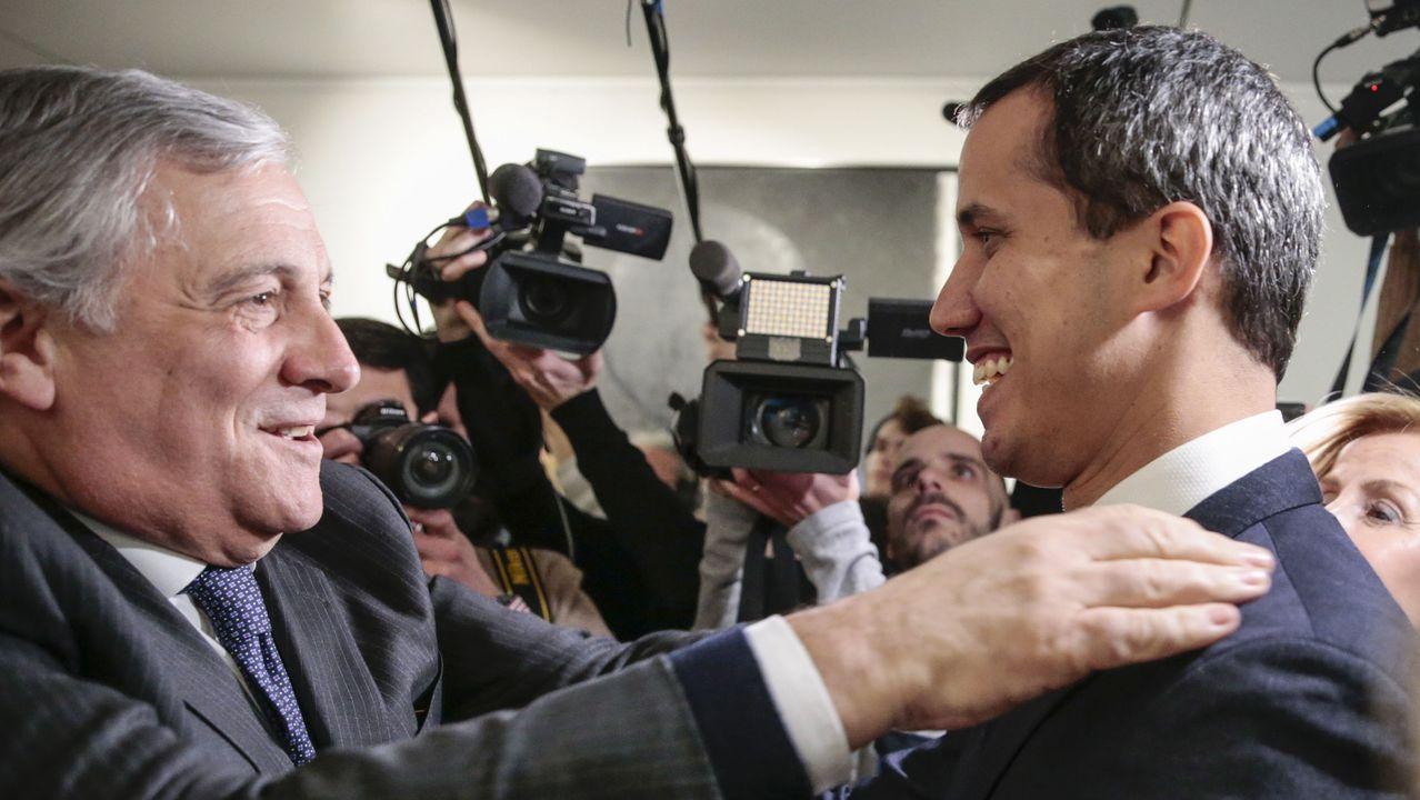 Guaidó, golpeado por la muchedumbre chavista al aterrizar en Caracas.Antonio Tajani saluda a Guaidó a su llegada a la sede de la Eurocámara