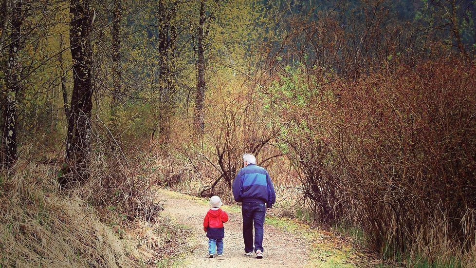 Feijoo inaugura el comienzo del curso universitario en Vigo.Abuelo y nieto paseando