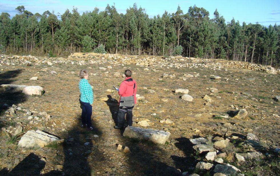 La concejal Adela Rodríguez y el arqueólogo Ignacio Senín, ayer en el yacimiento de A Roda.