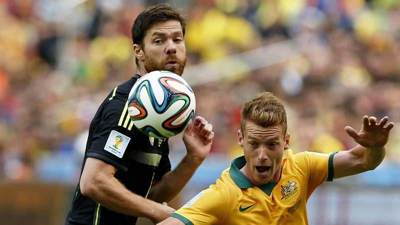 Del Bosque y el futuro de la selección.Cesc intenta salvar la entrada de un rival durante el encuentro frente al Burnley.