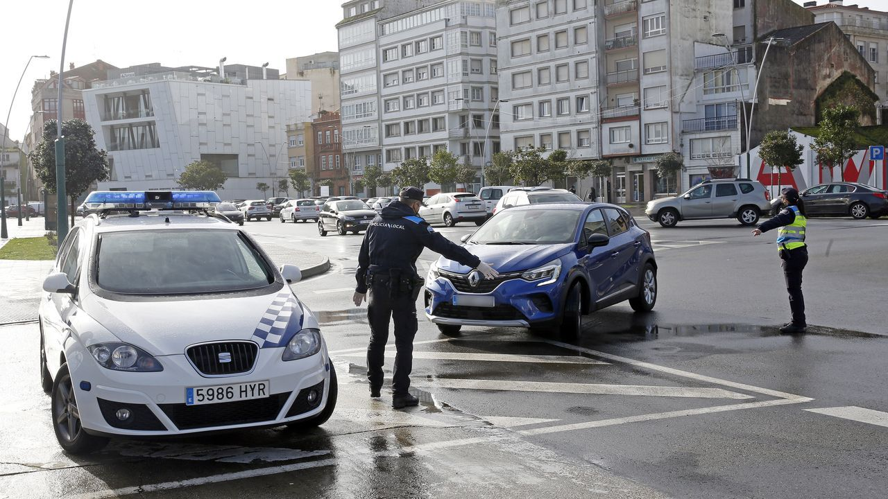 Día de mucha lluvia en Barbanza, con pequeñas inundaciones.La Policía Local de Ribeira realiza controles en el casco urbano para vigilar que se respetan las restricciones de movilidad