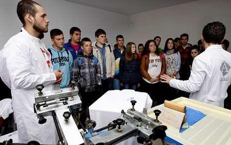 Explicación de un taller de impresión para alumnos del instituto de Fisterra, ayer por la mañana.