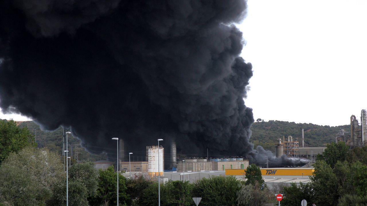 Una voluminosa columna de humo negro visible desde todo el arco de la bahía de Algeciras generada por un incendio en la planta química