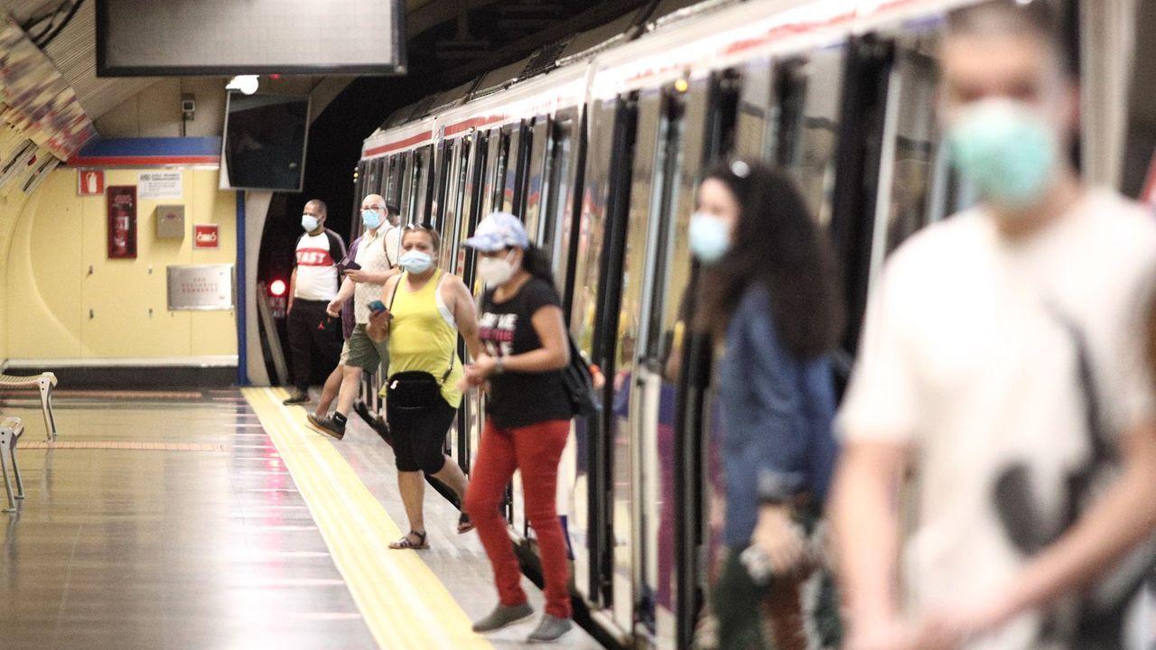 Cae la banda carballesa vinculada a los robos en negocios de la provincia.Pasajeros con mascarilla en una estación del metro, en Madrid
