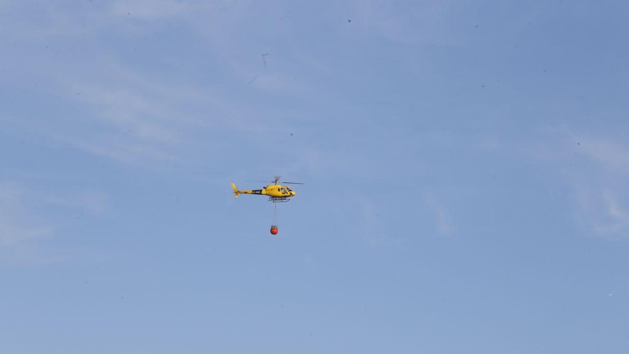 Imagen de archivo de un helicóptero apoyando las labores de extinción de un incendio
